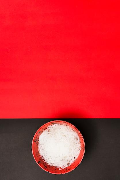 Een bovenaanzicht van gestoomde rijst noedels op dubbele oppervlak met ruimte voor tekst Gratis Foto