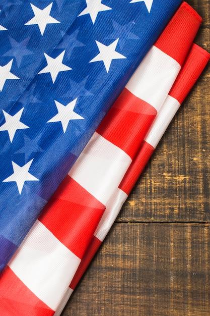 Een bovenaanzicht van gevouwen amerikaanse vlag op houten tafel Gratis Foto