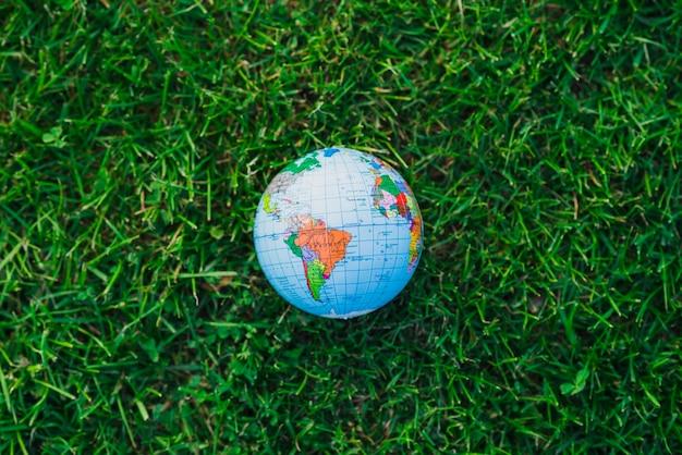 Een bovenaanzicht van globe over groen gras Gratis Foto