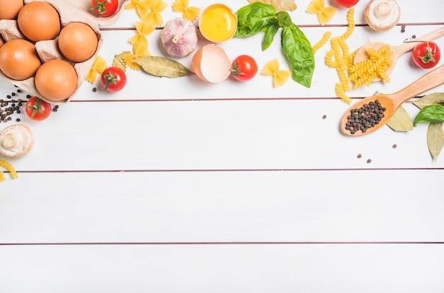 Een bovenaanzicht van ingrediënten voor het maken van pasta Gratis Foto