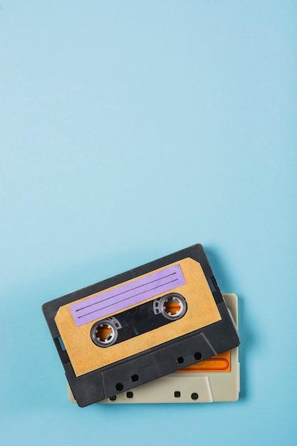 Een bovenaanzicht van twee cassettebandjes op blauwe achtergrond Gratis Foto