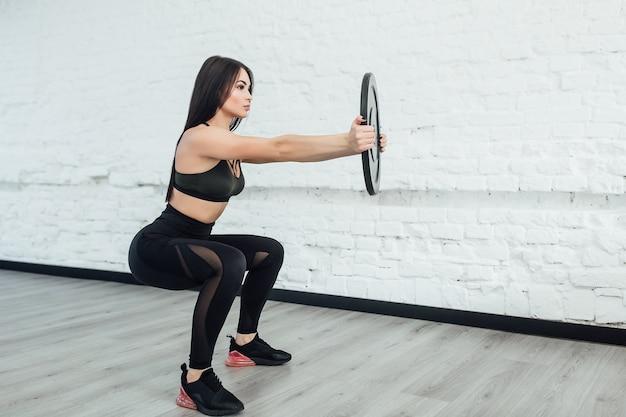 Een, brunette blanke vrouw die fitness oefeningen in de studio uitoefent. kopieer ruimte. Premium Foto