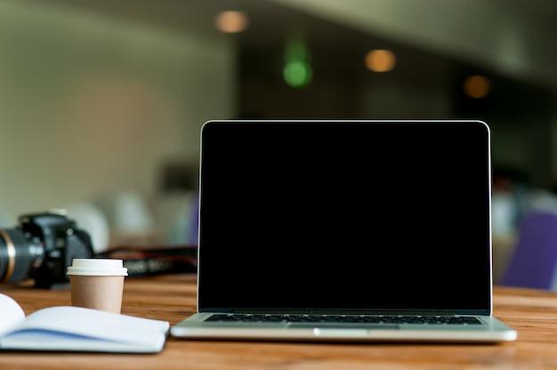 Een bureau met een zakelijke computer en een notitie op het bureau. bedrijfsconcept met kopie ruimte. Premium Foto