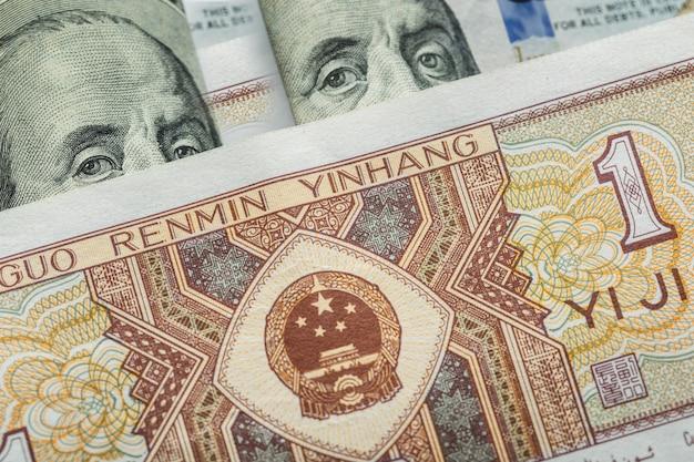 Eén chinees yuan bankbiljet op verschillende amerikaanse dollars Premium Foto