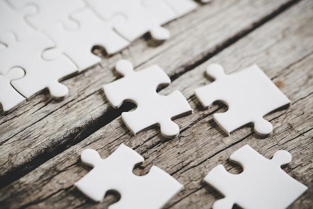Een close-up beeld van verschillende witte puzzelstukjes Gratis Foto