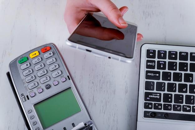 Een contactloze smartphonebetaling met smartphone Premium Foto