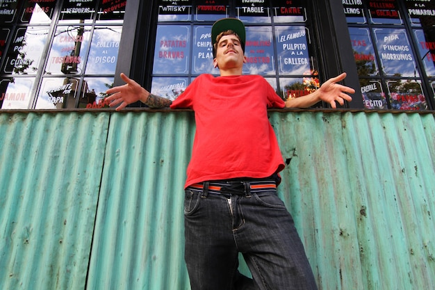 Een coole hiphopdanseres die aan het chillen is in de buitenwijk. Premium Foto