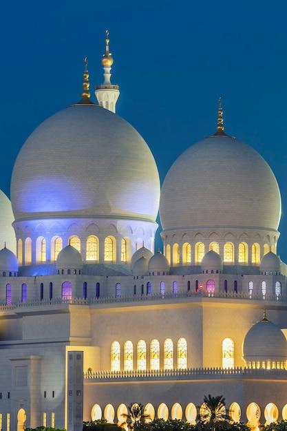 Een deel van de beroemde abu dhabi sheikh zayed-moskee 's nachts, verenigde arabische emiraten. Gratis Foto