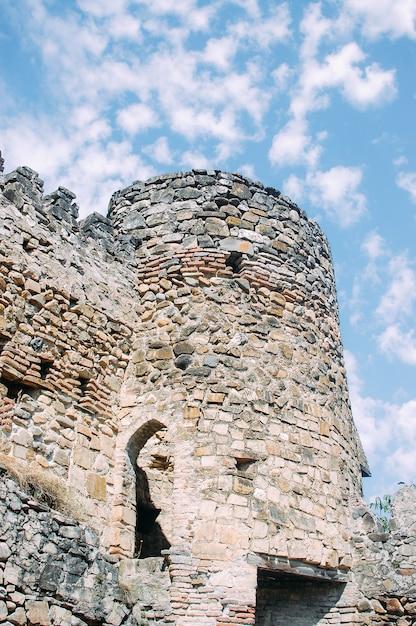 Een deel van de oude georgische kerk in de bergen Premium Foto