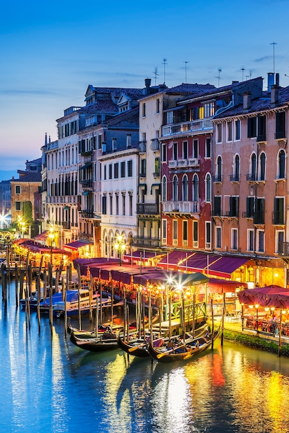 Een deel van het beroemde grand canal bij zonsondergang, venetië Gratis Foto