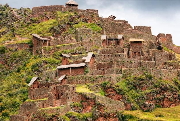 Een deel van het oude inca-dorp, picas. peru. zuid-amerika Premium Foto