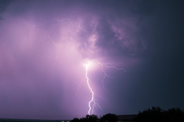Een dramatische bliksemflits Premium Foto