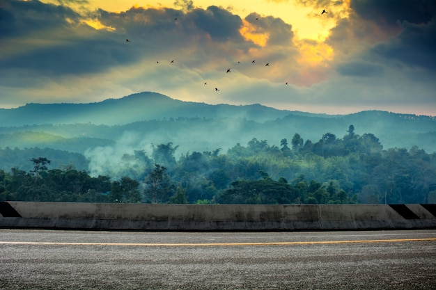 Een foto van de weg met zonsondergang. landschap in de zomer in thailand Premium Foto