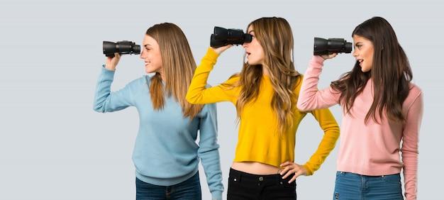 Een foto van een volledige lengte van een groep mensen met kleurrijke kleding Premium Foto