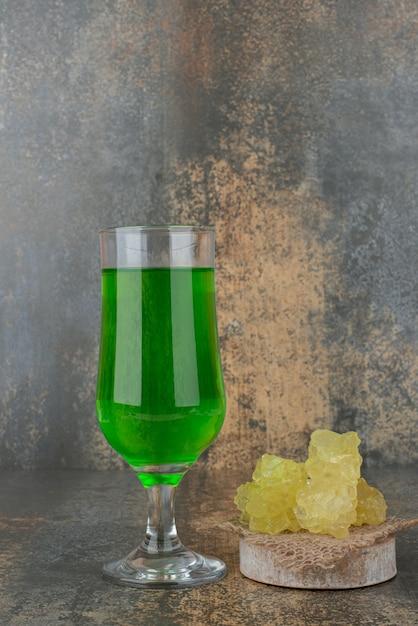 Een fris groen glas limonade met zoete suiker op marmeren oppervlak Gratis Foto