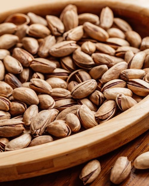 Een front closed-up weergave verse pinda's gezouten en smakelijk op de tafel noot pinda snack Gratis Foto