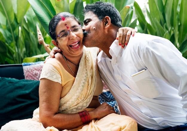 Een gelukkig indisch paar dat samen tijd doorbrengt Premium Foto