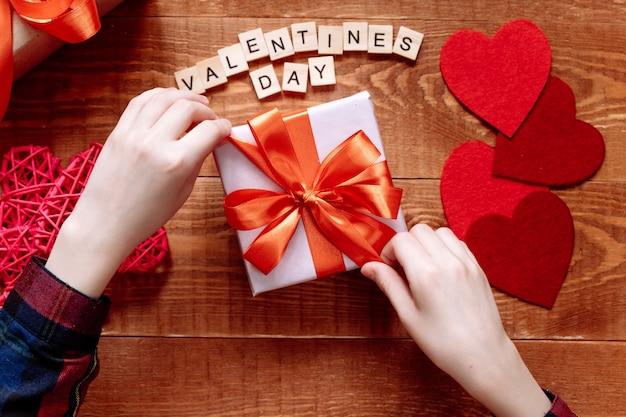 Een geschenk met een rood lint voor valentijnsdag Premium Foto