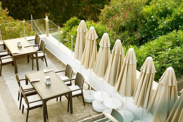 Een gezellige rieten tafel in de buitencafé-bar op het dak in de ochtend Premium Foto