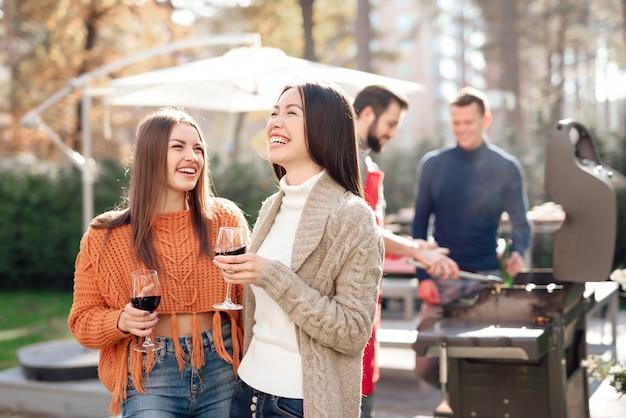 Een gezelschap jongeren kwam samen voor een barbecue Premium Foto