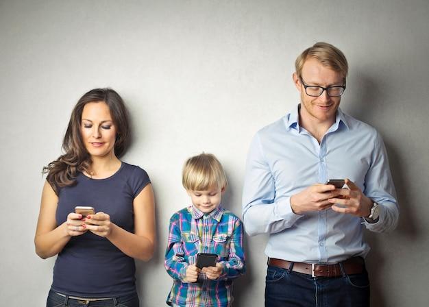 Een gezin met een smartphone Premium Foto