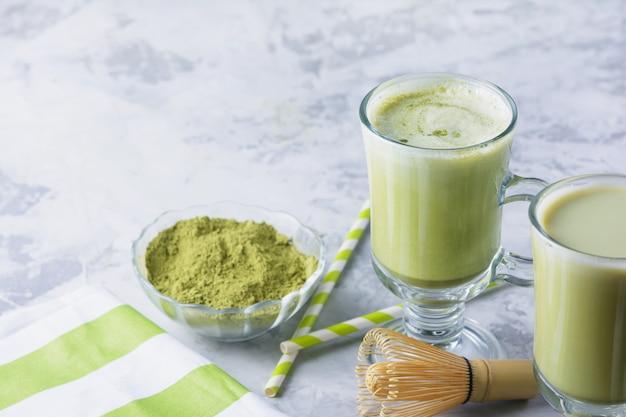 Een gezonde drank latte groene thee matcha. kookgerei, lepel, garde. Premium Foto