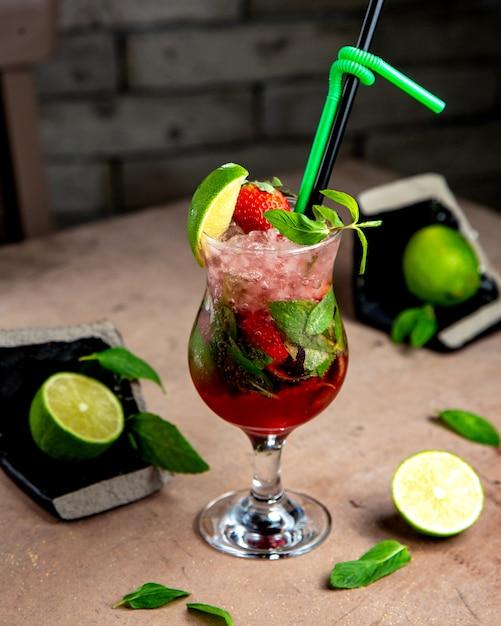 Een glas aardbeien mojito met munt limoen en aardbeien Gratis Foto