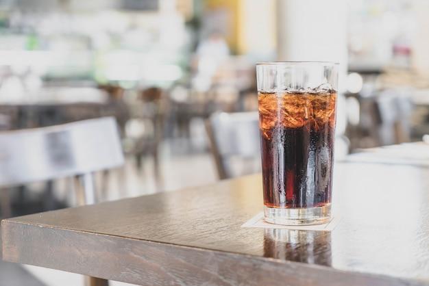 Een glas cola in een restaurant Premium Foto
