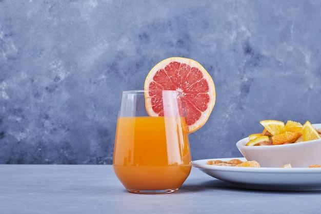 Een glas grapefruitcocktail met fruitsalade. Gratis Foto