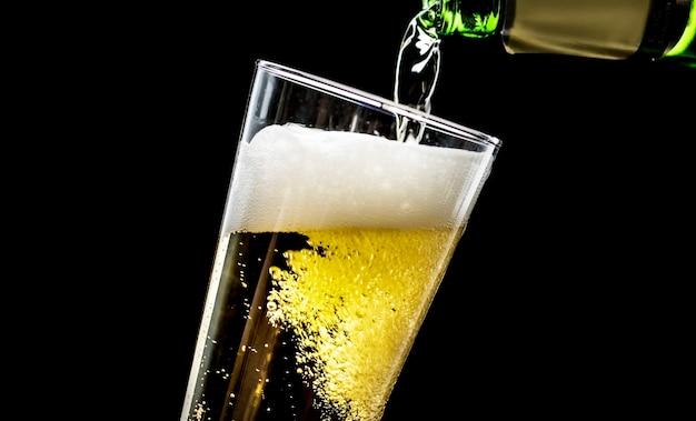 Een glas koude bier macrofotografie Gratis Foto