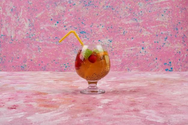 Een glas sap met gemengd fruit. Gratis Foto