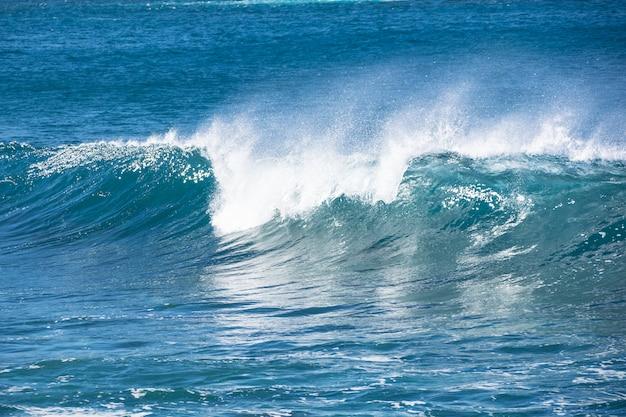 Een golf die breekt in de blauwe atlantische oceaan. Premium Foto