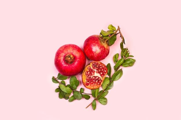 Een granaatappels met takken en bladeren Premium Foto