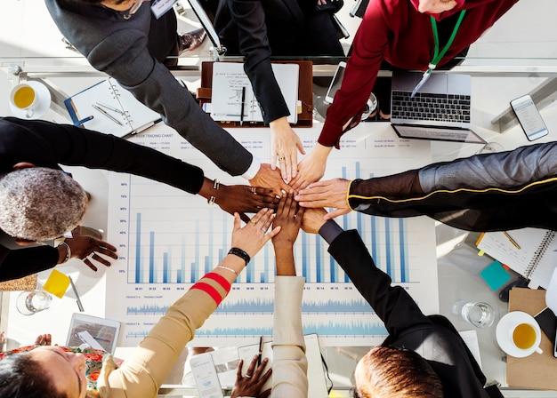 Een groep internationale zakenmensen brengen hun handen samen Premium Foto