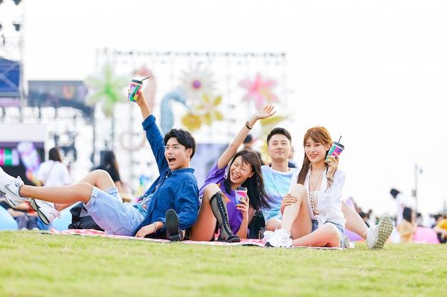 Een groep jonge chinezen speelt op het gras in het park. Premium Foto