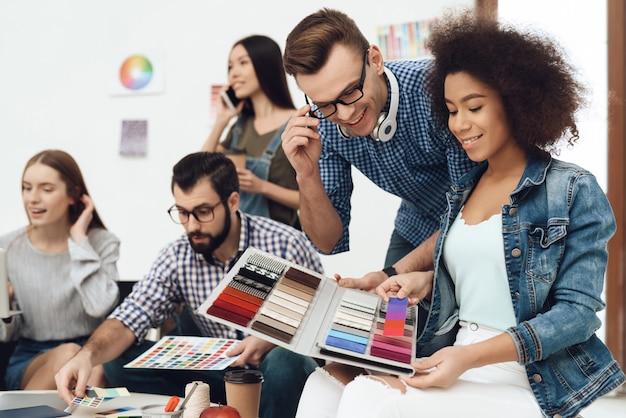 Een groep jonge ontwerpers brainstormen. Premium Foto