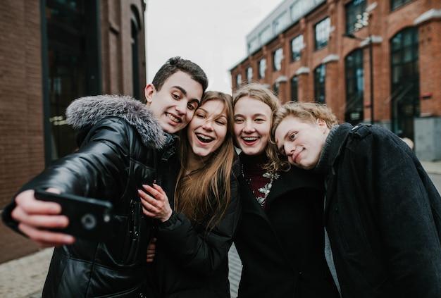 Een groep jonge vrienden die een selfie doen en plezier hebben Premium Foto