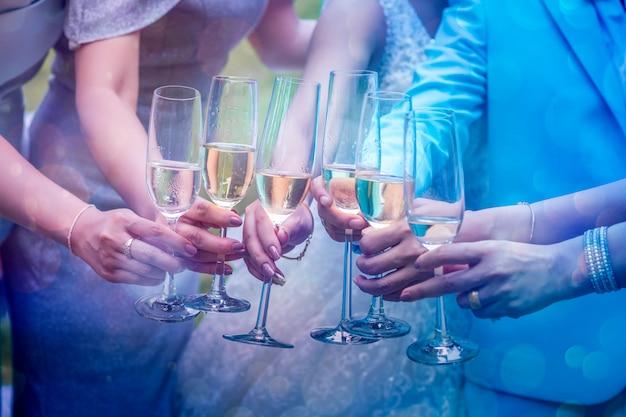 Een groep jonge vrouwen botst tegen het glas om het te vieren. Premium Foto