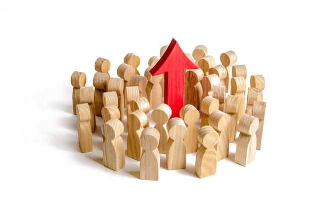 Een groep mensen omringde de rode pijl omhoog. zoeken naar nieuwe kansen en opties Premium Foto