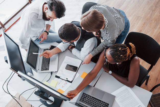 Een groep multinationale drukbezette mensen die op kantoor werken. Gratis Foto