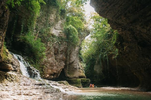 Een groep toeristen die in een rubberboot op de rivier martvili canion, georgië drijven. Premium Foto