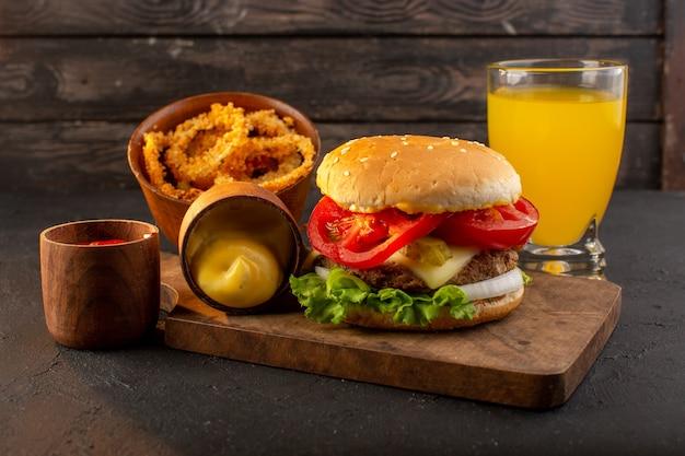 Een hamburger van de vooraanzichtkip met kaas en groene salade op het houten bureau en de maaltijdvoedsel van het sandwich fastfood Gratis Foto