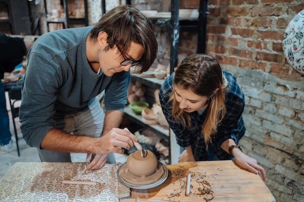 Een handgemaakte kleipot maken. aardewerkles, hobby. Gratis Foto
