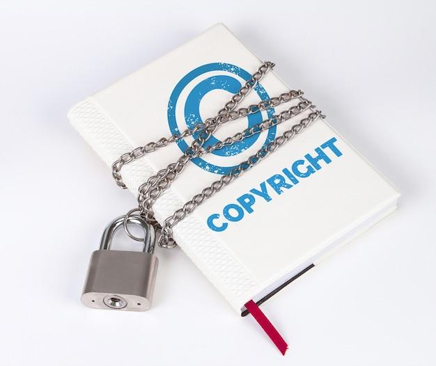 Een hangslot beschermt het boek in een concept met de tekst en het symbool copyright Premium Foto