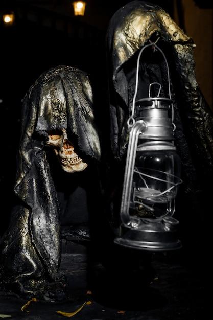Een heel griezelig skelet dat een lamp in zijn hand houdt Premium Foto
