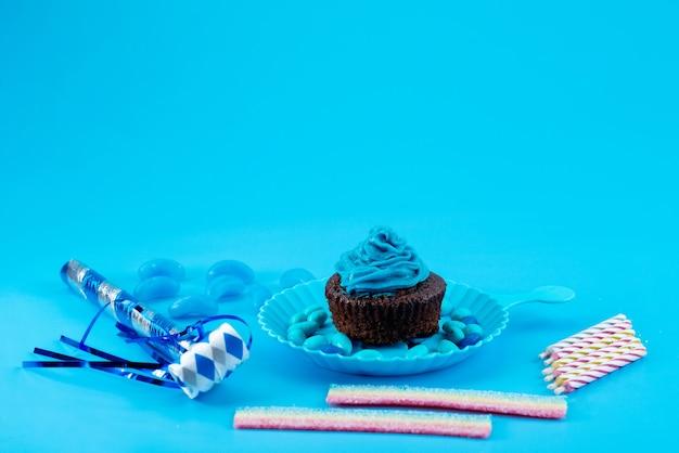Een heerlijke browny van vooraanzicht met blauw, room op blauw, de suikerkleur van het cakekoekje Gratis Foto