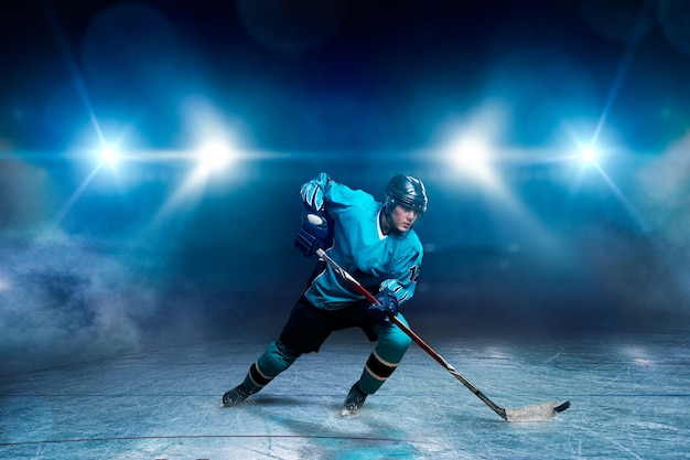 Een hockeyspeler op ijs Premium Foto