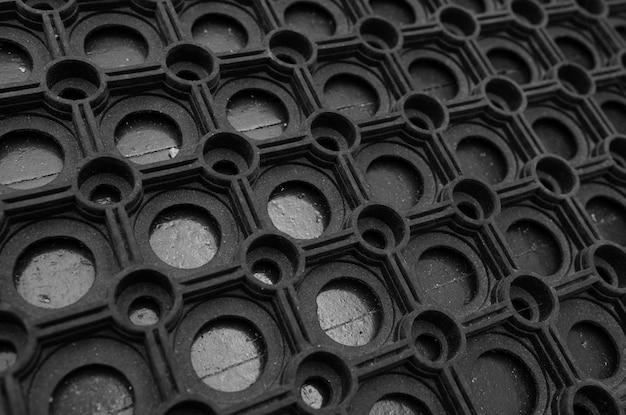 Een hoekaanzicht van een zwarte rubberen deurmat Premium Foto