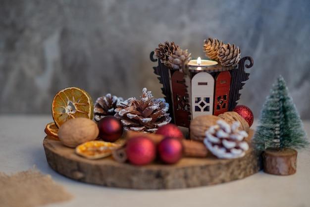 Een houten bord vol gedroogde sinaasappels en rode kleine kerstballen. hoge kwaliteit foto Gratis Foto