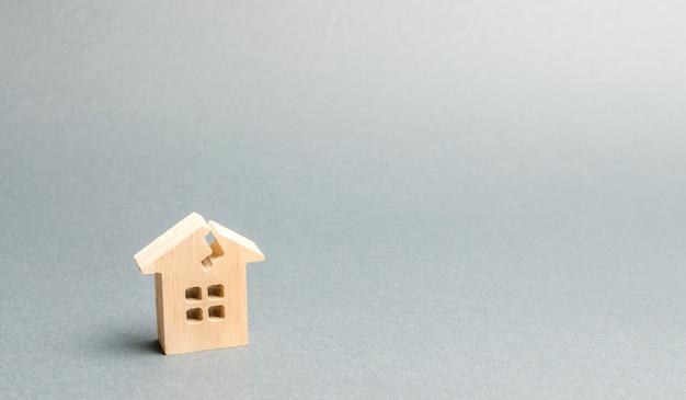 Een houten huis met een scheur. Premium Foto